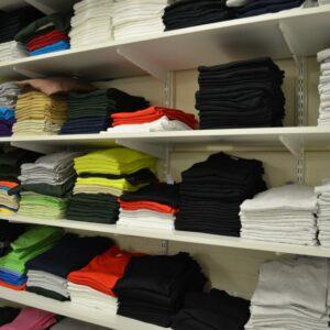 Maries hylla med t-shirtar som återkommande beställs av kunder.