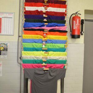 Bakom Marie hänger detta färgglada urval av färger. Vill du ha en helt annan? Prata med Marie så hjälper hon dig.