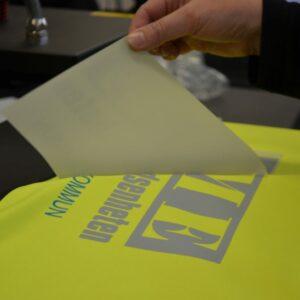 Att trycka tröjor är ett handarbete som kräver precision.