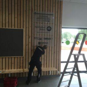 Här sätter vi upp skyltar på Forum i Örkelljunga.